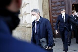 Ruský veľvyslanec v Českej republike Alexandr Zmejevskij odchádza z budovy českého ministerstva zahraničných vecí v Prahe