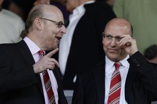 Fanúšikovia žiadajú odchod majiteľov klubu Avrama (vľavo) a Joela Glazerovcov.