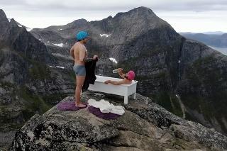 Kamaráti sa rozhodli každodenné činnosti preniesť na vrcholy hôr: Extrémna námaha s fascinujúcim výsledkom