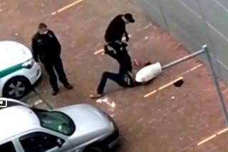 Zásah pozoroval policajtov kolega.