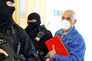 Obžalovaného Miroslava priviedli na súd v putách.