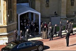 Princ poslal gestom ruky vodiča preč.