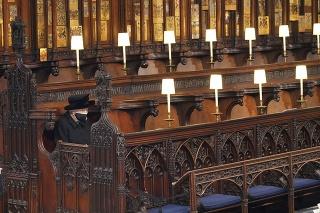 Kráľovná Alžbeta na pohrebe princa Philipa.