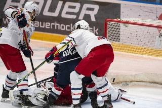 Na snímke zľava Oldřich Kotvan (Zvolen), Brendan Ranford (Slovan) a Benjamin River Betker (Zvolen) počas gólu vo štvrtom zápase semifinále hokejovej Kaufland play off Tipos extraligy HC Slovan Bratislava - HKM Zvolen 18. apríla 2021 v Bratislave.