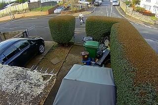 Toto zabolí aj vás! Chlapec na elektrickom bicykli narazil plnou rýchlosťou do plota