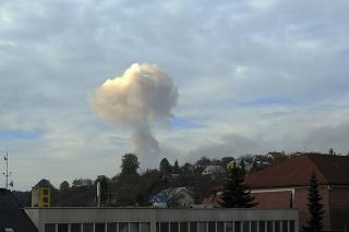 Za obcou Vrbětice horí  muničný sklad. Na snímke  dymový