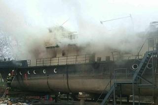 Zásah hasičom sťažuje zlý prístup k požiarovisku a vysoká teplota vo vnútri lode.