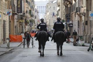 Policajti na koňoch hliadkujúci na ulici Via del Corso 3. apríla 2021 v Ríme.