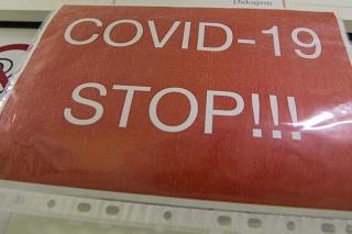 Nápisy v COVID červenej zóne na Klinike pneumológie a ftizeológie I. Slovenskej zdravotníckej univerzity (SZU) a Univerzitnej nemocnice Bratislava (UNB) v Ružinove.