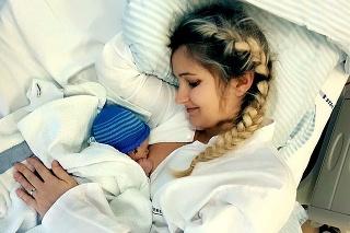 Hrdá mamička SIlvia s prvorodeným synom po pôrode v Dánsku.