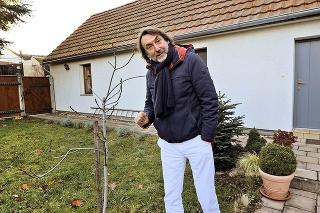 Herec si užíva dedinský život na chalupe v Lozorne.