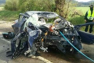 Hasiči vyslobodili osobu z vozidla pomocou hydraulického vyslobodzovacieho zariadenia.