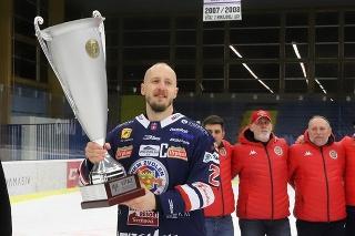 Kapitán Zvolena Radovan Puliš s víťazným pohárom Dušana Pašeka v základnej časti hokejovej Tipos extraligy.
