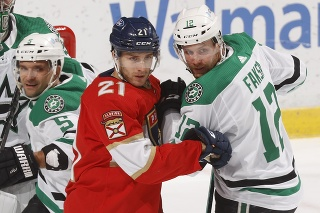 Slovenský obranca v drese Dallasu Stars Andrej Sekera (vľavo), hokejista Floridy Panthers Alexander Wennberg a hráč Dallasu Radek Faksa.