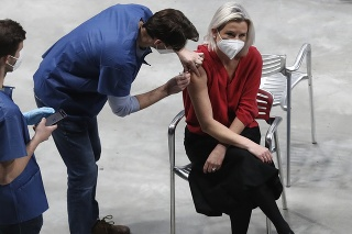 Žena dostáva vakcínu v očkovacom centre v budove O2 Universum v Prahe.