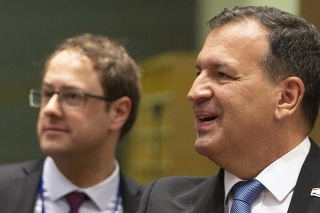 Chorvátsky minister zdravotníctva Vili Beroš (vpravo) a jeho francúzsky rezortný kolega Olivier Véran.