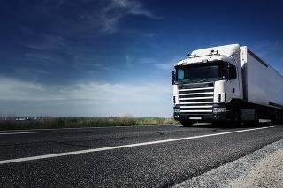 Vybral sa za priateľkou na cudzom nákladnom aute, na diaľnici mu došla nafta.