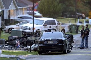 Štyria ľudia zahynuli, keď sa malé lietadlo zrútilo na dom v Mississippi.