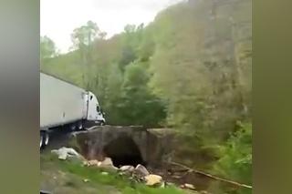 Keď uvidel kamión vodič za ním, takmer skolaboval: Kamionista si na tento most veril až príliš
