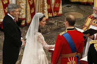 Mladý pár na svadbe oddal Rowan Williams, arcibiskup z Cantenbury.