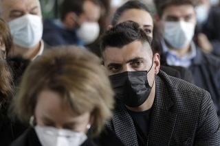Brat zavraždeného talianskeho policajta, sedí v súdnej sieni pred vynesením rozsudku v procese s dvoma obvinenými americkými študentmi, ktorí na smrť dobodali jeho brata.