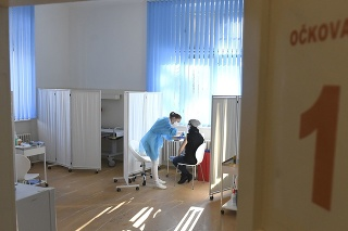 Očkovanie učiteľov proti ochoreniu COVID-19 vo vakcinačnom centre UNLP Košice.