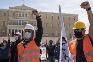 Odložené prvomájové štrajky a demonštrácie narušili dopravu.