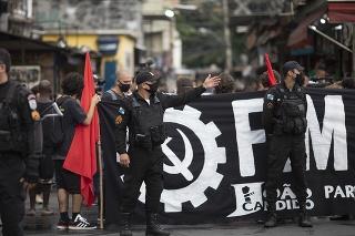 Aktivisti protestujúci proti policajnej operácii v brazílskom Riu de Janeiro, ktorá vyústila do 25 úmrtí.