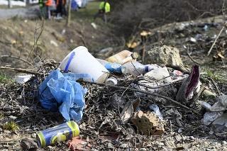 Na snímke likvidácia čiernych skládok odpadu na ulici Martina Benku vo Vranove nad Topľou