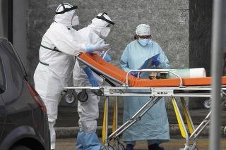 Zdravotníci a doktori stoja pred pohotovosťou nemocnice Cardarelli v Neapole na juhu Talianska.
