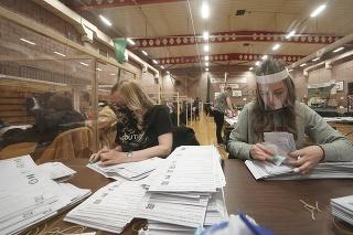 Volební pracovníci spočítavajú hlasy po skončení komunálnych volieb vo volebnom stredisku v anglickom meste Hartlepool.