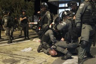 Izraelskí policajti zatýkajú palestínskeho demonštranta počas potýčok vo východnom Jeruzaleme v piatok 7. mája 2021.