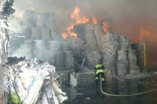 V Harmanci vypukol požiar, horela skladová hala.