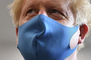 Boris Johnson sa objavil s ochranným rúškom.