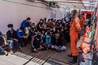 Migranti sa premiestnia do plavidla, kde budú v karanténe.