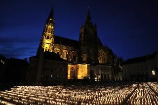 Na Pražskom hrade zapálili 30-tisíc sviečok na počesť obetí koronavírusu v ČR.