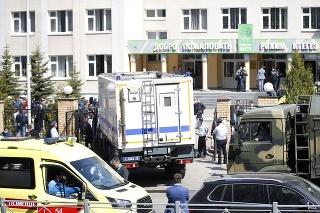 Sanitka a zásahové zložky pred školou v Kazani.