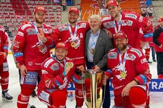 Martin aj s ďalšími štyrmi Slovákmi získali nedávno titul s Třincom.  Martin aj s ďalšími štyrmi Slovákmi získali nedávno titul s Třincom.