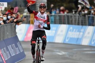 Americký cyklista Joe Dombrowski z tímu UAE-Team Emirates sa teší z triumfu vo 4. etape cyklistických pretekov Giro d'Italia.