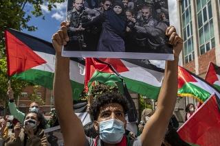 Demonštranti vykrikujú slogany a mávajú palestínskymi vlajkami pred izraelským veľvyslanectvom v Madride, aby odsúdili izraelské použitie sily proti Palestínčanom v okolí mešity al-Aksá v Starom meste v Jeruzaleme počas posvätného moslimského mesiaca ramadán v utorok 11. mája 2021.