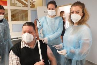 Nevidiaci Pavol Janus (46) využil príležitosť mobilného očkovania. Vakcínu mu podala Miroslava Mitrová.