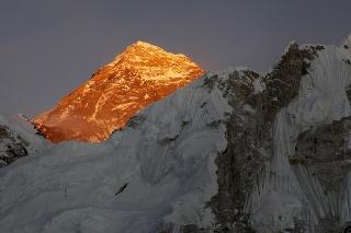 Pri výstupe na Mount Everest prišli o život dvaja horolezci.