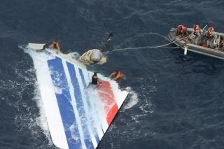 Brazílske námorníctvo našlo ďalší úlomok tragického letu 447 Air France z Rio de Janeiro do Paríža z roku 2009.