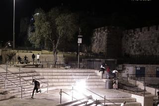 V noci zo stredy na štvrtok zazneli poplašné sirény varujúce pred dopadom rakiet prvýkrát tiež na severe Izraela.