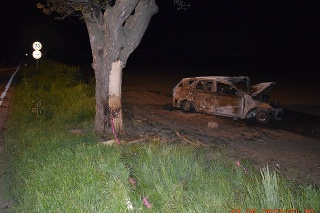 Po náraze do stromu začalo auto horieť.