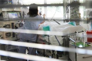 V nemocnici v Přibrame ošetrujú kritický chorého pacienta po otrave pančovaným alkoholom.