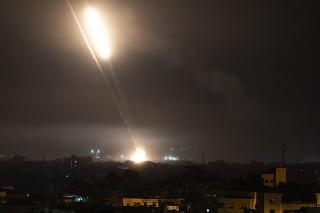 Izraelské pozemné sily útočili na Gazu, jej hranice však neprekročili.