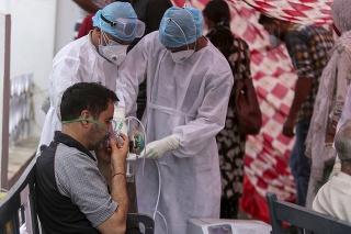 Pacient s koronavírusom dostáva od zdravotníkov kyslík.