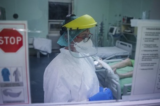 Zdravotná sestra sa stará o pacientov s ochorením Covid-19 na jednotke intenzívnej starostlivosti.