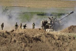 Izraelská delostrelecká jednotka strieľa proti cieľom v pásme Gazy na izraelskej hranici.